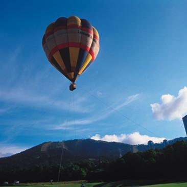 透き通るような青空の中を気球で